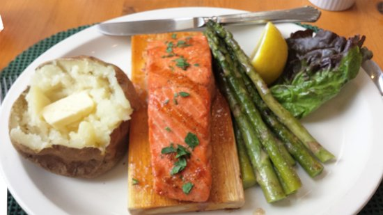Grandma's Feather Bed Restaurant: Delicious Plank Salmon, sauteed aspargus, baked potato