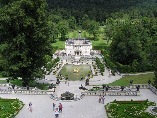 Vista dai giardini terrazzati sul castello e sulla cascata - Picture ...