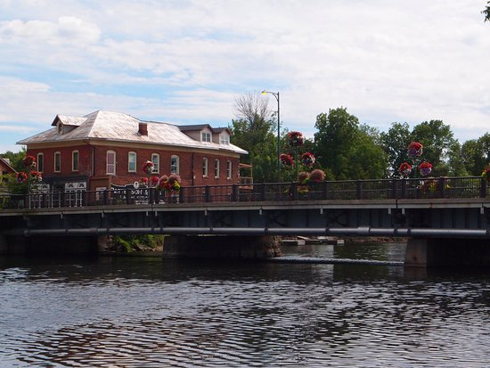 Carleton Place, Canada: Main street Bridge over water