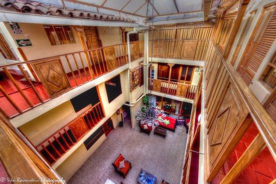 Qori Kintu Apart Pachacutec: Vista del hall central desde la habitacion 3 piso