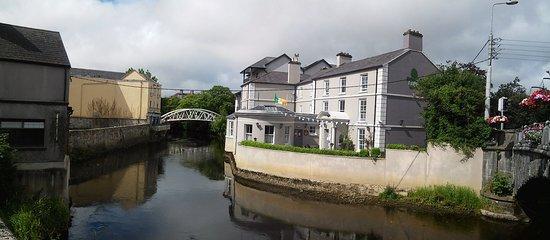 Ennis, Irlanda: Vista dell'ostello dal ponte sul fiume Fergus