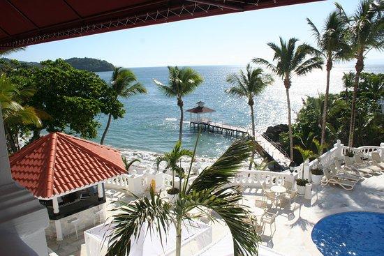 Luxury Bahia Principe Samana Don Pablo Collection : se ve parte de la piscina , el bar de la piscina ,el solarium y el mar