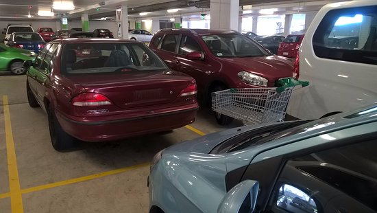 Broadbeach, Australië: Happy shopping ending in sadness on the parking of Pacific Fair