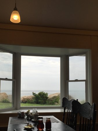 Pleasant View Inn: Ocean view from breakfast.