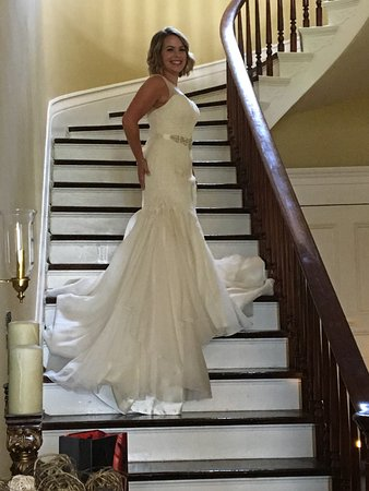 Springfield, KY: The bride on the sweeping staircase