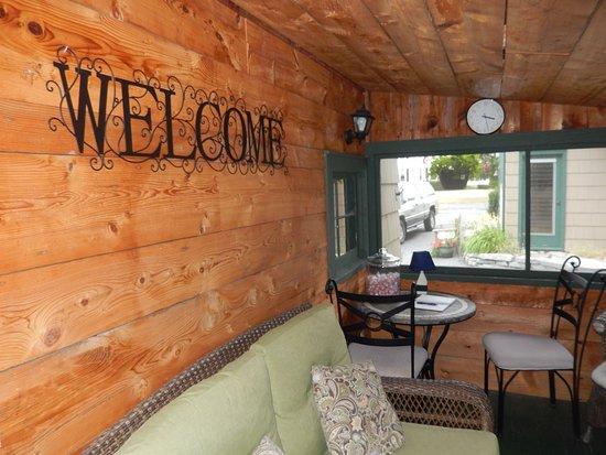 Wooden Boat Inn: enclosed porch