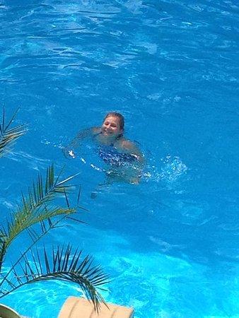 Lux, Frankrike: Ma fille dans la piscine