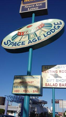 กิลาเบนด์, อาริโซน่า: Space Age Lodge next to diner.