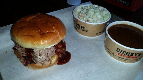 El Cajon, Kalifornien: Pulled pork sandwich and two sides