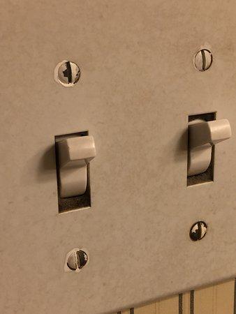 Hotel datato, moquette sporca interruttori con un dito di lerciume ...