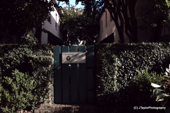 John Rutledge House Inn: Gate from parking area