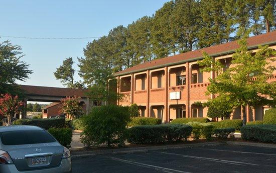 Country Hearth Inn & Suites Atlanta / Marietta and Banquet Hall : Looking toward lobby