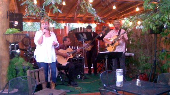 Taos Trail Inn : Jazz on the patio