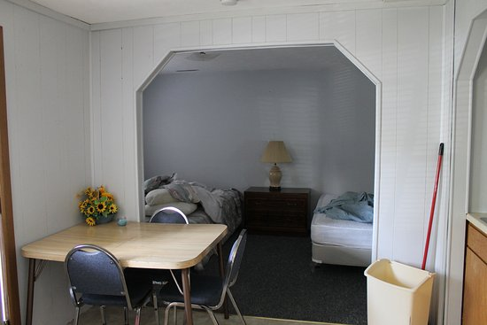 Happy Valley Lodge: Beds and dining table