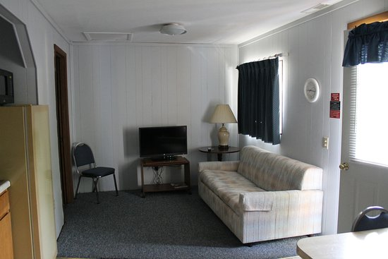 Happy Valley Lodge: Living area. Sofa was a hide-a-bed.