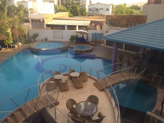 Radisson Blu Hotel, Bamako : Great pool area with outdoor dining options