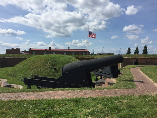 Fort McHenry National Monument: Lokking at the fort from the Harbor