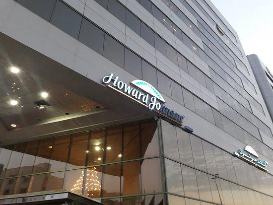 Howard Johnson Hotel - Bur Dubai: Front entrance of the hotel