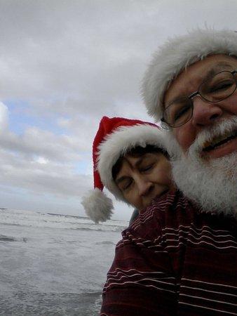 Catamaran Resort Hotel and Spa : vacationing Santa and Mrs talking a walk at the beach