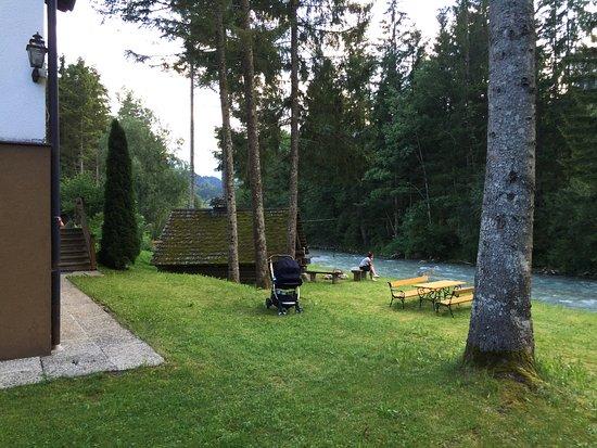 Hinterstoder, Austria: Posezení u říčky Styer za hotelem