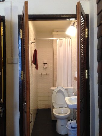 Rustic Guesthouse: Clean bathroom but a bit small shower area