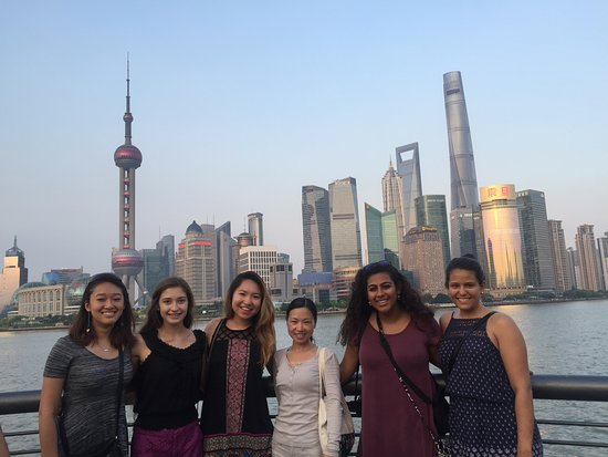 Xangai, China: Jenny with customers in front of Shanghai skyline