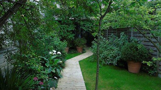 Garden in the City: Jardín en el exterior de la habtiación