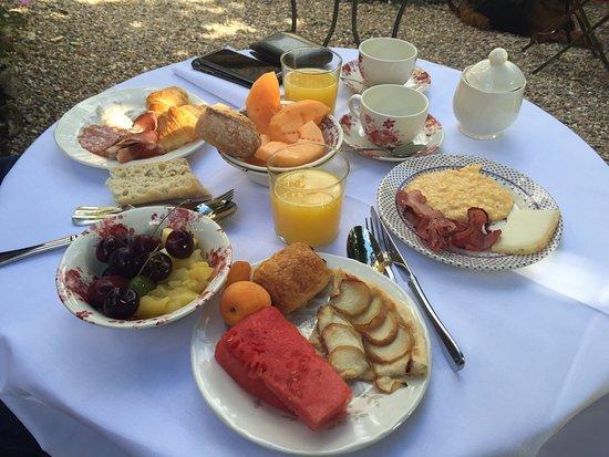 Les Etangs De Corot Petit Dejeuner Dans Le Jardin
