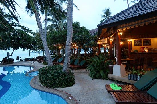 بان شاونج بيتش ريزورت آند سبا: Pool and restaurant