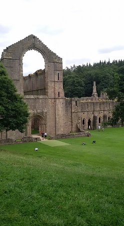 Fountains Abbey and Studley Royal Water Garden: Les murs de l'abbaye