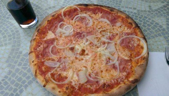 Herzogenaurach, Niemcy: Pizza mit Schinken und Zwiebel