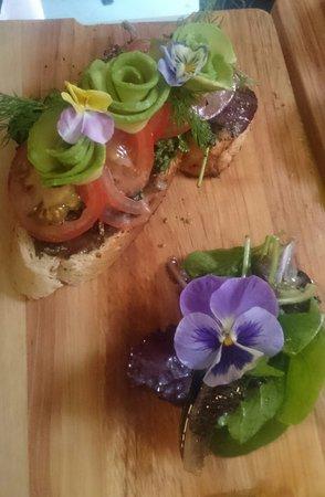 Cranbrook, UK: Vegetarian open sandwich. Avocado, Tomato and a pesto salad