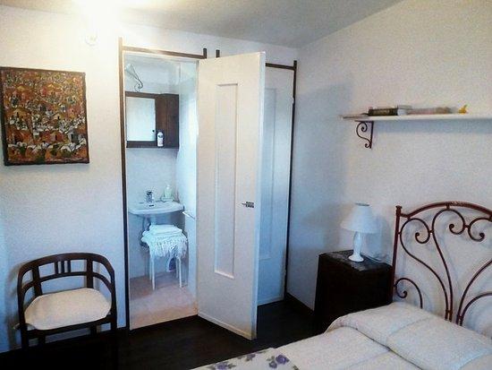 camera da letto con bagno - Foto di B&B Campofrati, Bobbio - TripAdvisor