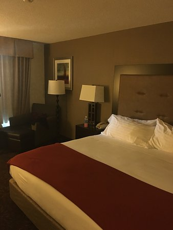 Holiday Inn Express Hotel & Suites/Lititz: Staff was friendly and they offer continental breakfast. Only compliant hallway smelled a little