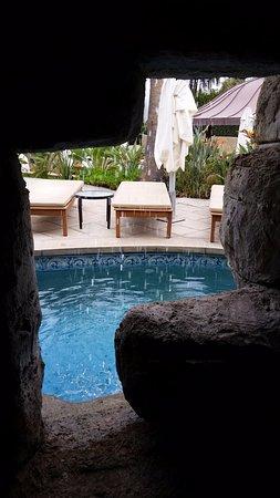 The Annabelle: ליד הבריכה יש מערה ובה שרידים של מבנה עתיק. מראה מתוך המערה.