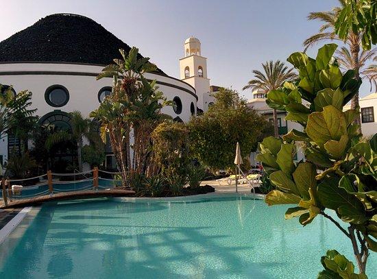 Hotel THe Volcan Lanzarote: Piscine proche de l'entrée principale