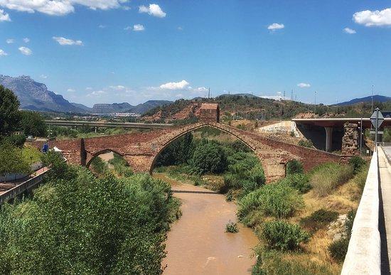 Castellbisbal, Испания: Pont de Diable und Sicht auf Montserrat