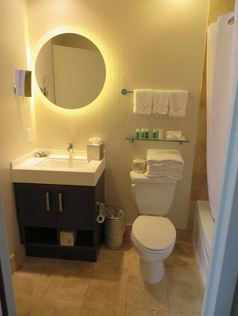 One King West Hotel & Residence: Bathroom in Suite 1202