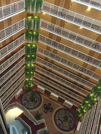 Crowne Plaza Orlando Universal: View of the inside of the hotel tower taken from inside the glass elevator as we were going up t