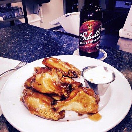New Ulm, Μινεσότα: Great wings and local beer!