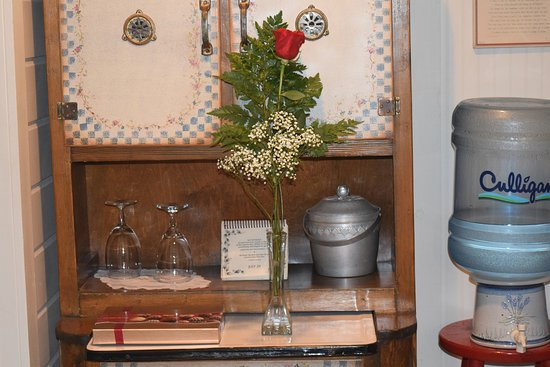 Corner Cottage B&B : He even made sure the rose, chocolates, and champagne were waiting to help surprise my wife.