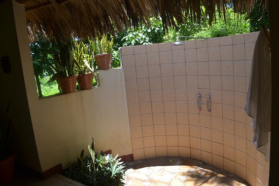 Totoco Eco-Lodge: shower has no roof, so cool