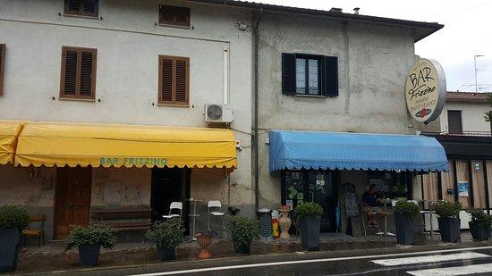 Monterchi, Italia: Prima koffie, thee met lekker gebak. Alle belegde broodjes een prijs. Direct tegenover het zonda