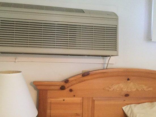 Island Inn: Noisy AC directly above bed