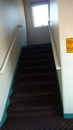 Days Inn and Suites Sequim: Stairwell