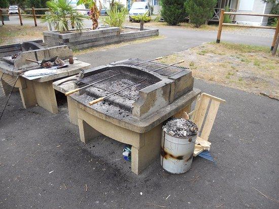 Espace Barbecue espace barbecue, 3 barbecues utilisables, 1 hors service. - photo de