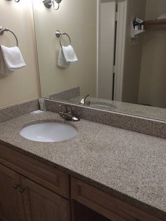 Silver Gull Motel : Granite counter in the bathroom