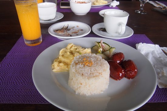 Balete, Filipiny: Breakfast - Champorado with tawilis, coffee, juice, rice with egg and langgonisa