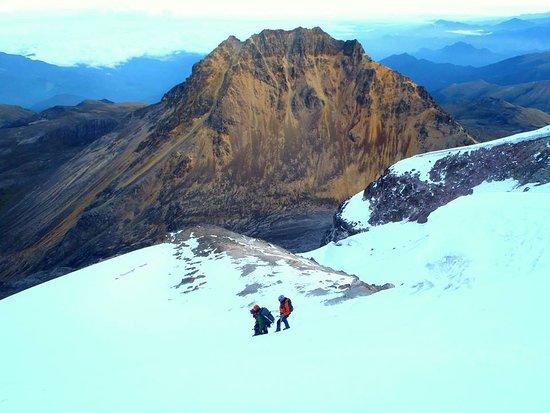 Machachi, Ekwador: Bajando de la cumbre del Illiniza sur, escalada de alta dificultad, al fondo Illiniza norte