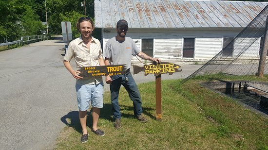 Crown Point, État de New York : Posing with an old sign that Chris, the manager, let me keep.